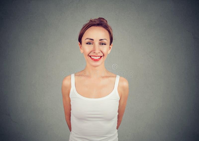 Mulher magro nova alegre que olha a câmera imagem de stock royalty free
