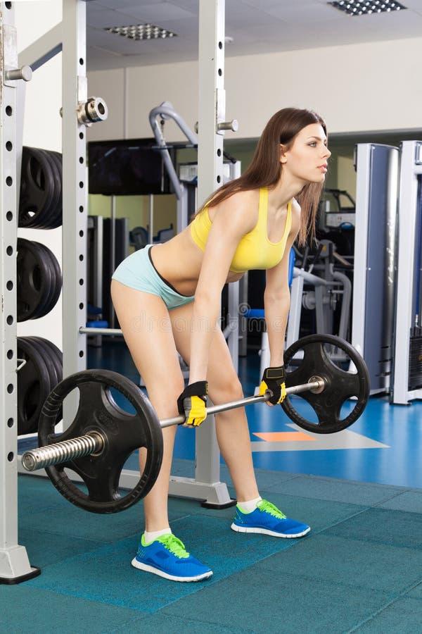 Mulher magro nova que exercita em um gym fotos de stock