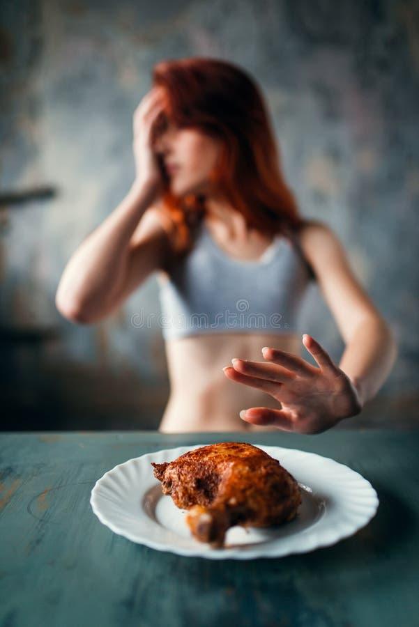 A mulher magro recusa comer, anorexia fotos de stock