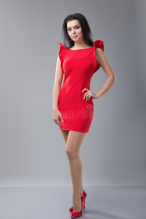 Mulher magro 'sexy' no vestido vermelho fotografia de stock