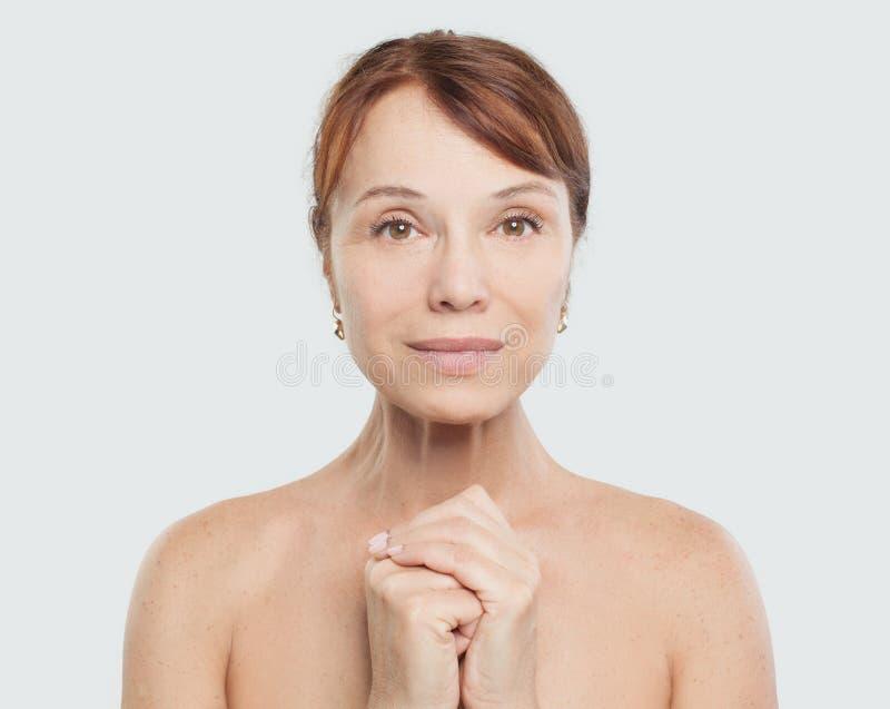 Mulher mais idosa bonita Pele natural com enrugamentos imagens de stock royalty free
