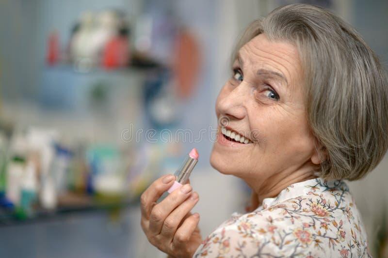 Mulher mais idosa com batom imagem de stock royalty free