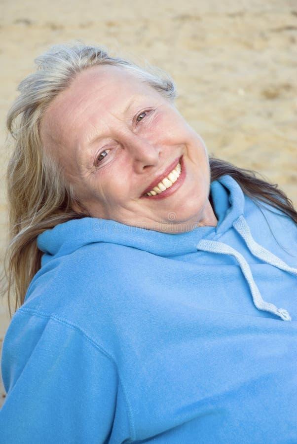 Mulher mais idosa de sorriso feliz fotos de stock royalty free