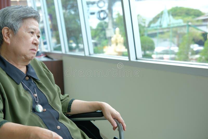 mulher mais idosa deprimida furada na cadeira de rodas feelin fêmea idoso foto de stock royalty free