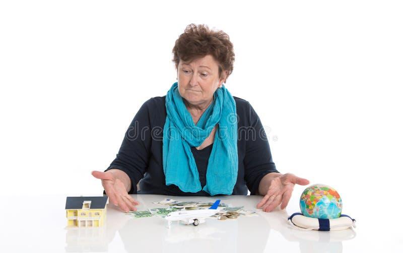 Mulher mais idosa do pensionista isolada sobre o sonho branco da viagem imagem de stock