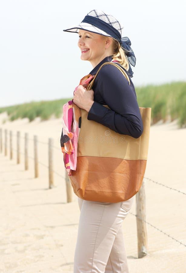 Mulher mais idosa feliz que sorri na praia fotografia de stock royalty free