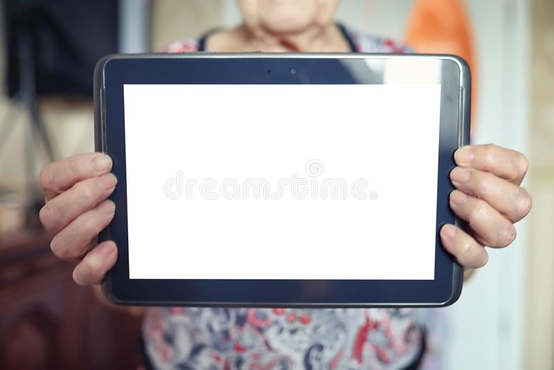 Mulher mais idosa que guarda a tabuleta foto de stock royalty free