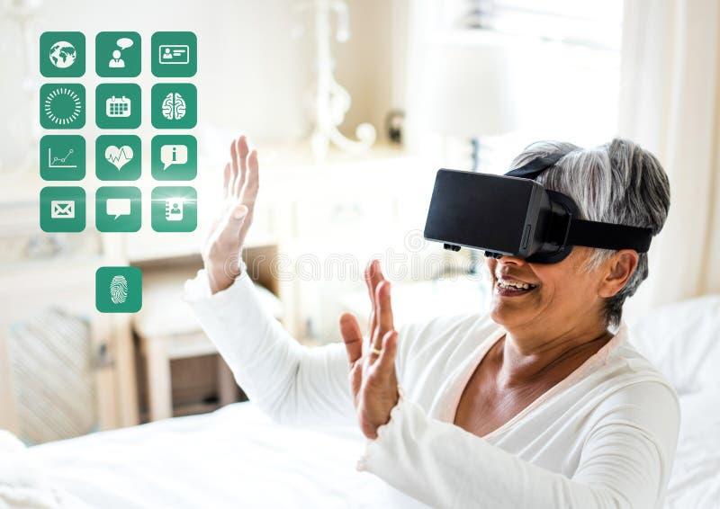 Mulher mais idosa que veste auriculares da realidade virtual de VR com relação médica da saúde imagem de stock