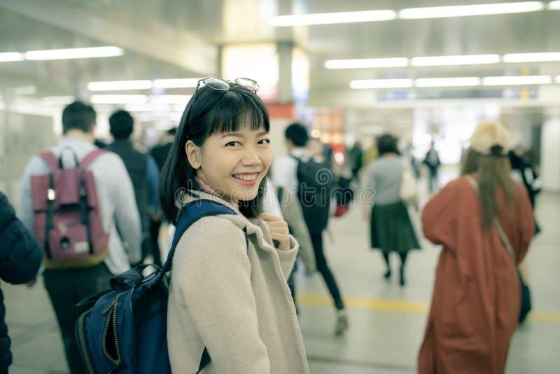 Mulher mais nova asiática que viaja na estação de trens subterrânea de osaka japão imagens de stock royalty free