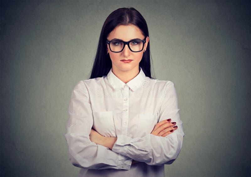 Mulher mal-humorada séria nos vidros imagem de stock