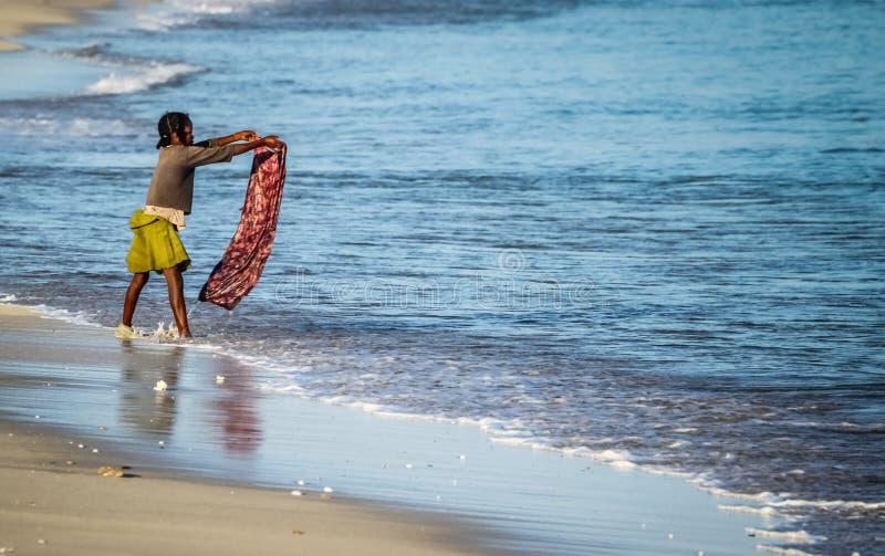 Mulher malgaxe que faz a lavanderia fotografia de stock royalty free