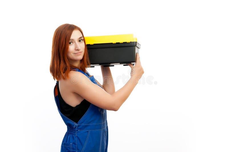 A mulher mantém uma caixa de ferramentas imagens de stock royalty free