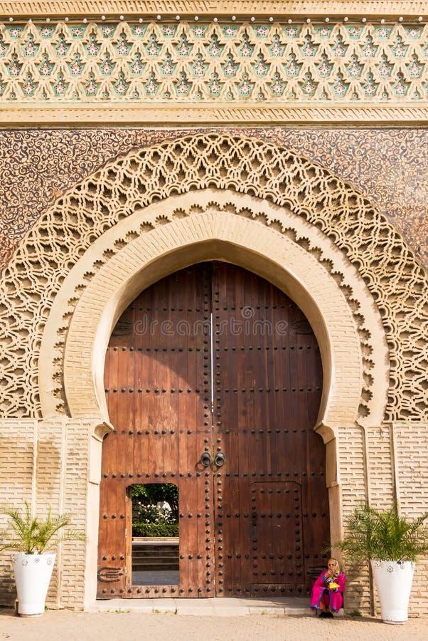 Mulher marroquina que senta-se na porta da entrada a Meknes Medina fotografia de stock