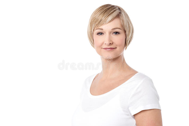 Mulher meados de bonita que levanta sobre o branco imagens de stock royalty free