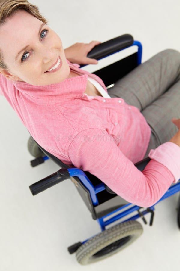 Mulher meados de da idade na cadeira de rodas foto de stock royalty free