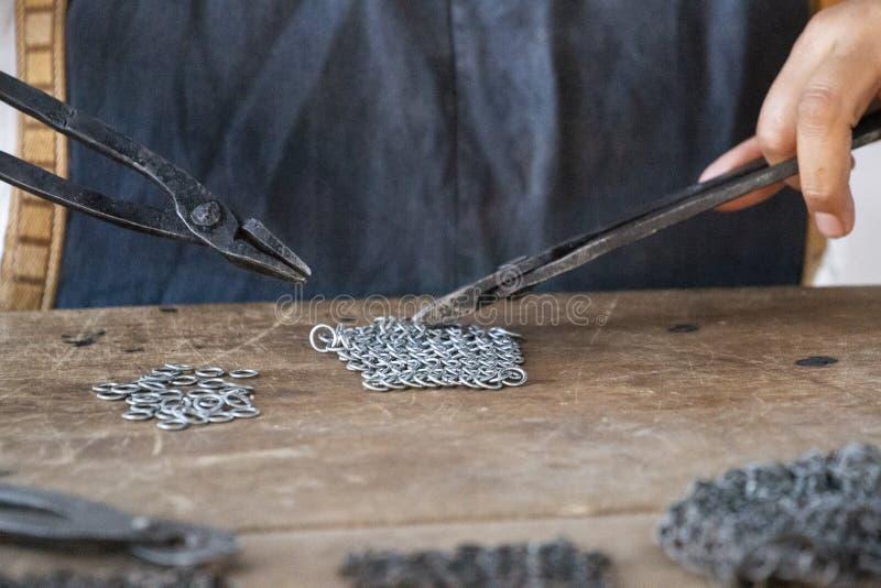 Mulher medieval do chainmail do ferreiro foto de stock