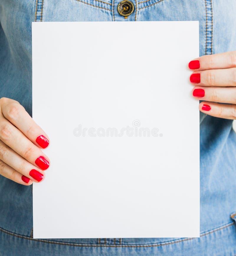 A mulher, menina guarda o Livro Branco vazio Modelo do folheto, anúncio, apresentação Molde da folha imagens de stock royalty free