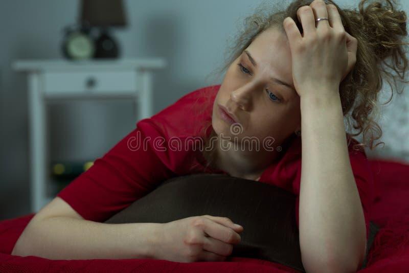 Mulher mentalmente quebrada que sente apenas fotografia de stock