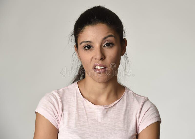 Mulher mexicana arrogante e temperamental bonita que mostra o sentimento e o desprezo negativos expressão facial foto de stock royalty free