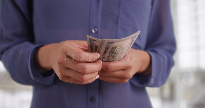 Mulher mexicana que conta sua retirada de dinheiro foto de stock