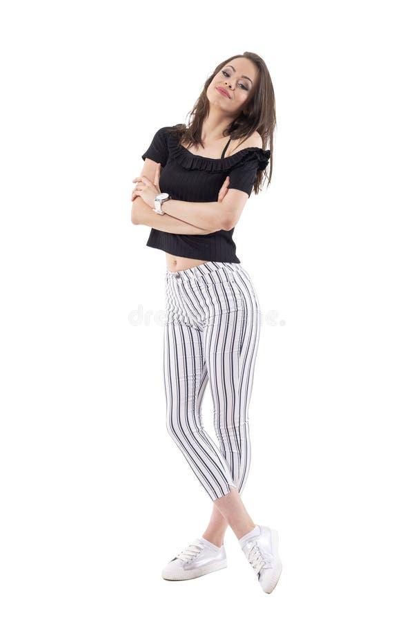 Mulher milenar nova feliz em calças descascadas e fora do levantamento superior do preto do ombro com a cabeça intitulada para tr imagens de stock royalty free