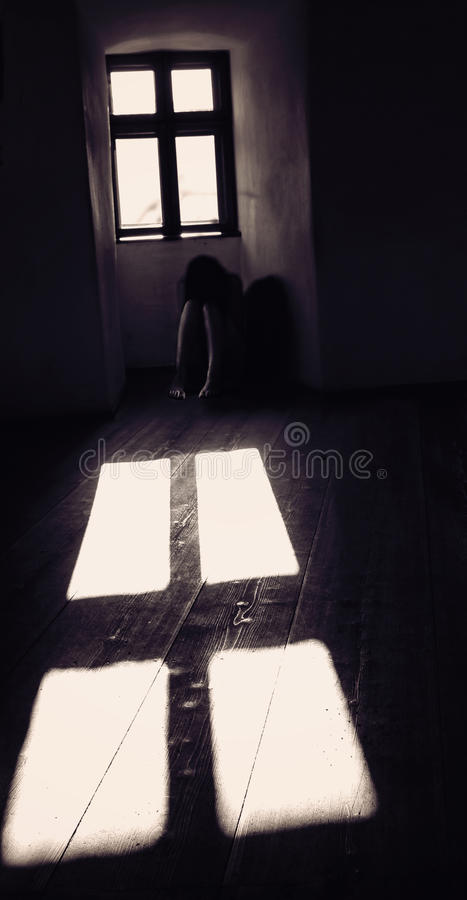 Mulher misteriosa Ghost no castelo assustador velho foto de stock royalty free