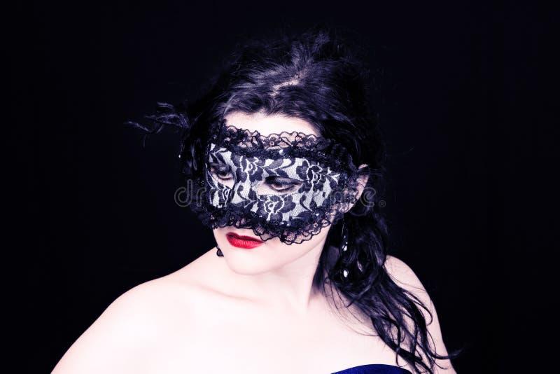 Mulher misteriosa na máscara imagem de stock royalty free