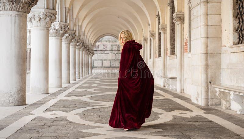 Mulher misteriosa no casaco vermelho imagem de stock