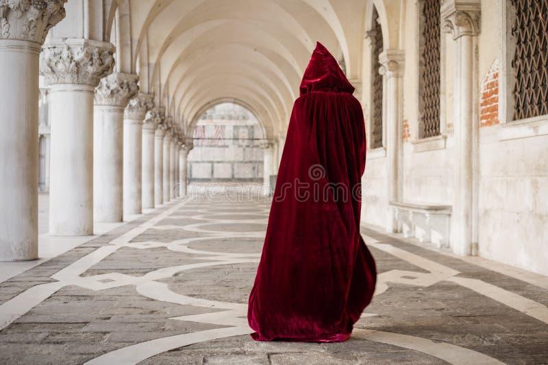 Mulher misteriosa no casaco vermelho fotografia de stock royalty free