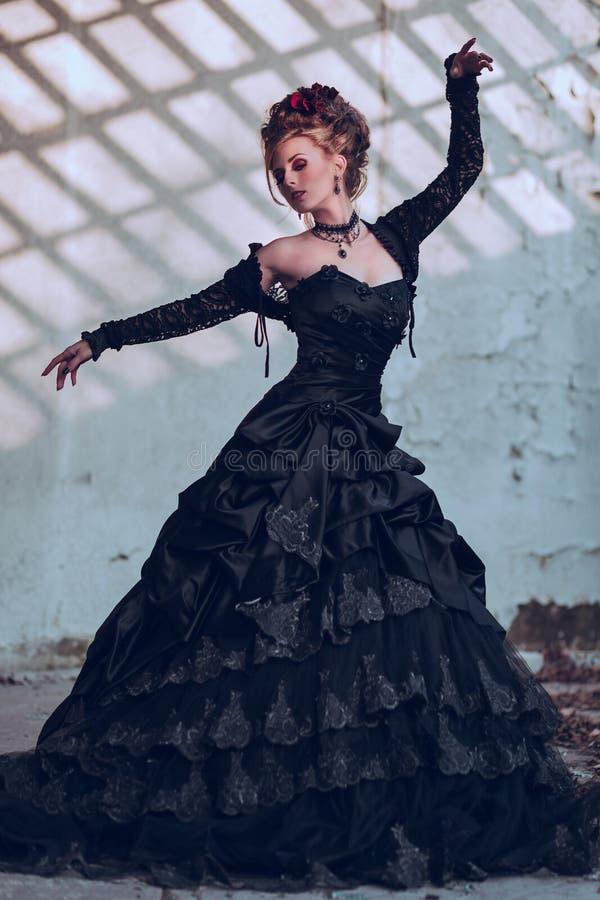 Mulher misteriosa no vestido preto fotos de stock royalty free