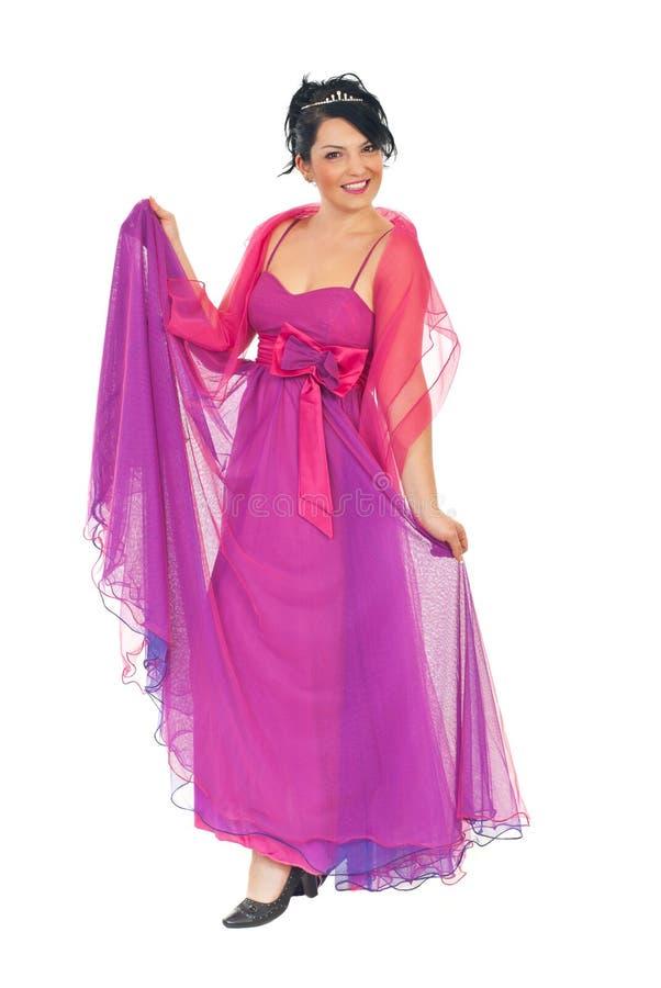 Mulher modelo atrativa no vestido cor-de-rosa-malva imagem de stock royalty free