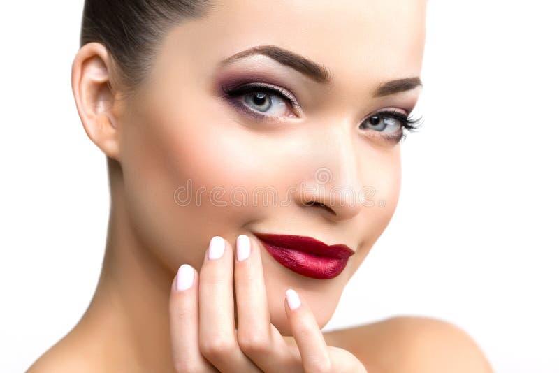Mulher modelo bonita na menina moderna nova da composição do salão de beleza mim fotografia de stock royalty free