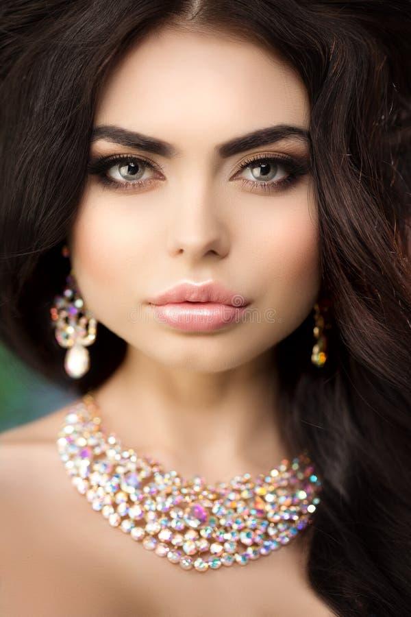 Mulher modelo bonita na menina moderna nova da composição do salão de beleza mim fotografia de stock