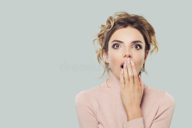 Mulher modelo chocada com boca aberta, retrato Menina surpreendida no fundo com espaço da cópia fotografia de stock