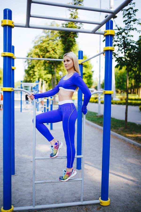 A mulher modelo desportiva da aptidão durante exercícios exteriores malha Menina bonita do ajuste Estilo de vida saudável foto de stock