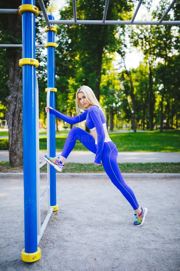 A mulher modelo desportiva da aptidão durante exercícios exteriores malha Menina bonita do ajuste Estilo de vida saudável imagens de stock