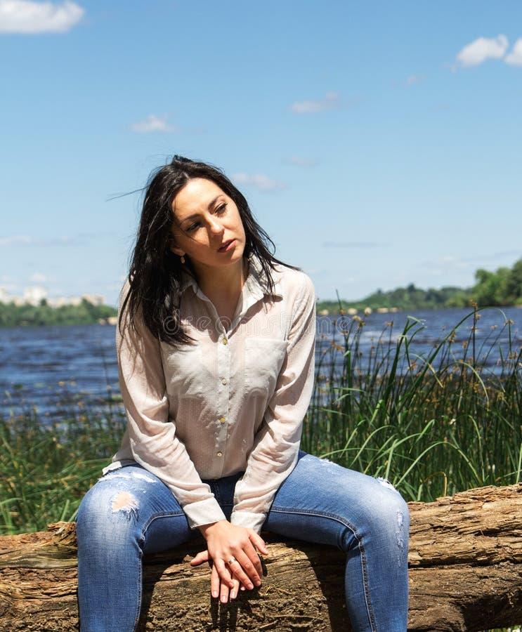 A mulher modelo do sorriso do banco de rio da menina XXL do tamanho positivo relaxa imagens de stock royalty free