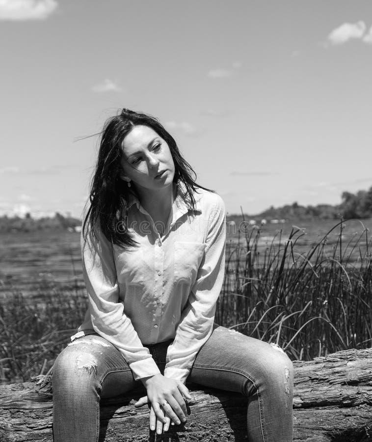 A mulher modelo do sorriso do banco de rio da menina XXL do tamanho positivo relaxa foto de stock royalty free