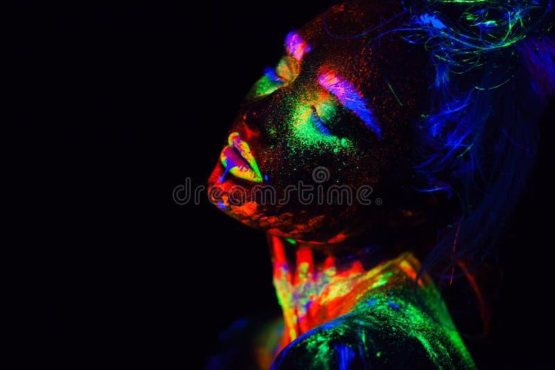 Mulher modelo extraterrestre bonita na luz de néon É retrato do modelo bonito com composição fluorescente, arte fotos de stock royalty free