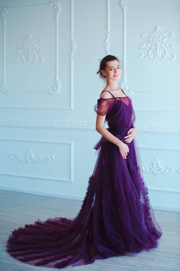 Mulher modelo moreno da beleza em nivelar o vestido violeta Composição luxuosa e penteado da forma bonita Menina sedutor foto de stock royalty free