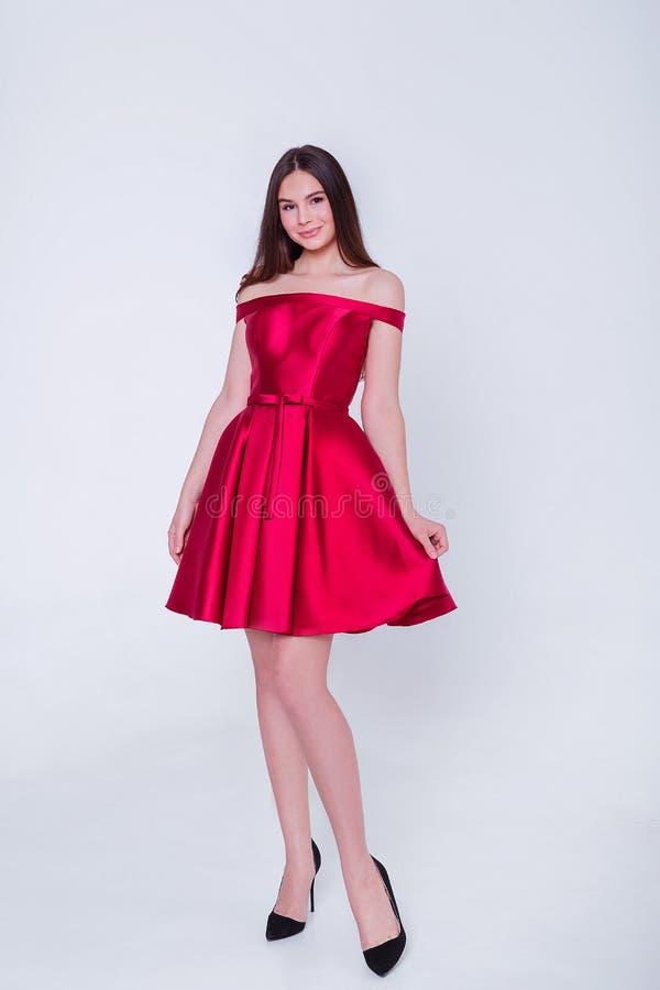 Mulher modelo moreno da beleza no vestido de cocktail Composi??o luxuosa e penteado da forma bonita Silhueta sedutor da menina imagens de stock royalty free