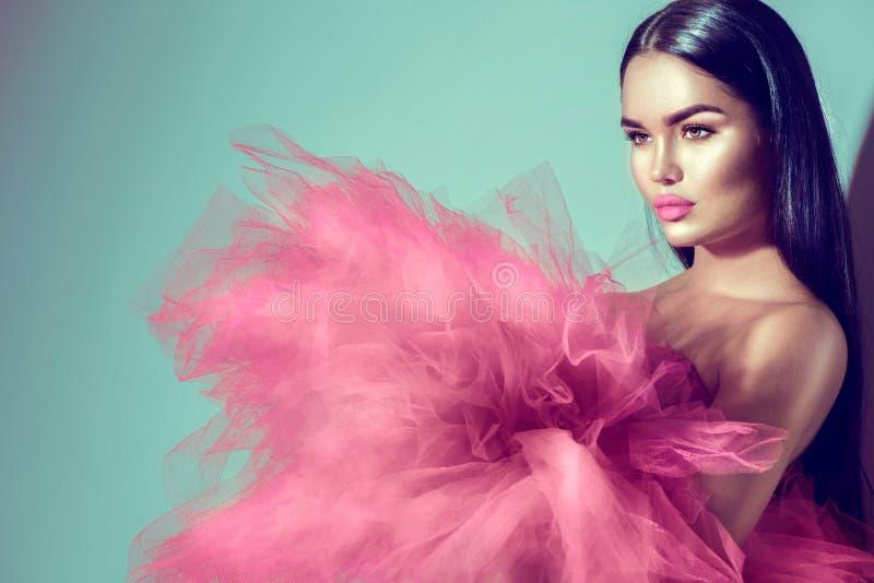 Mulher modelo moreno lindo no vestido roxo imagem de stock royalty free