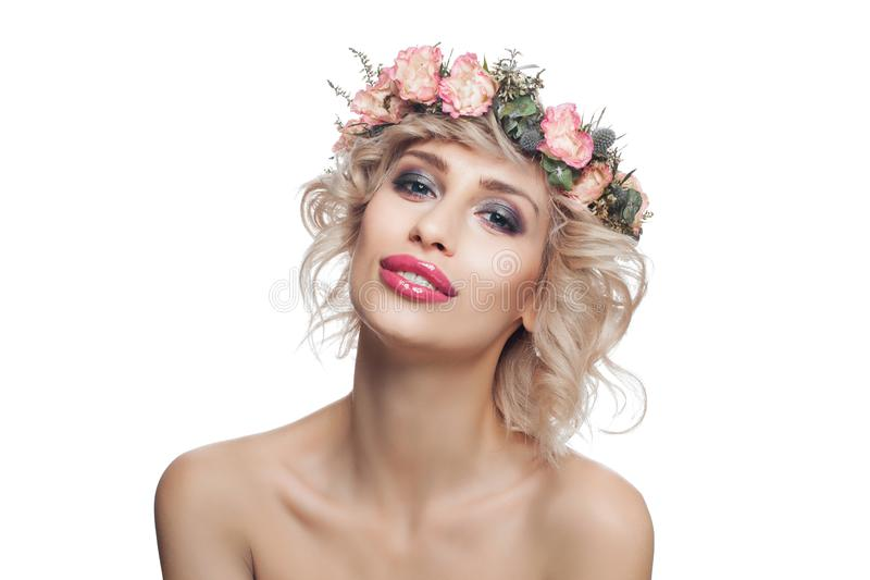 Mulher modelo perfeita na coroa das flores isolada no fundo branco Modelo bonito com cabelo encaracolado louro curto e composiç imagem de stock royalty free