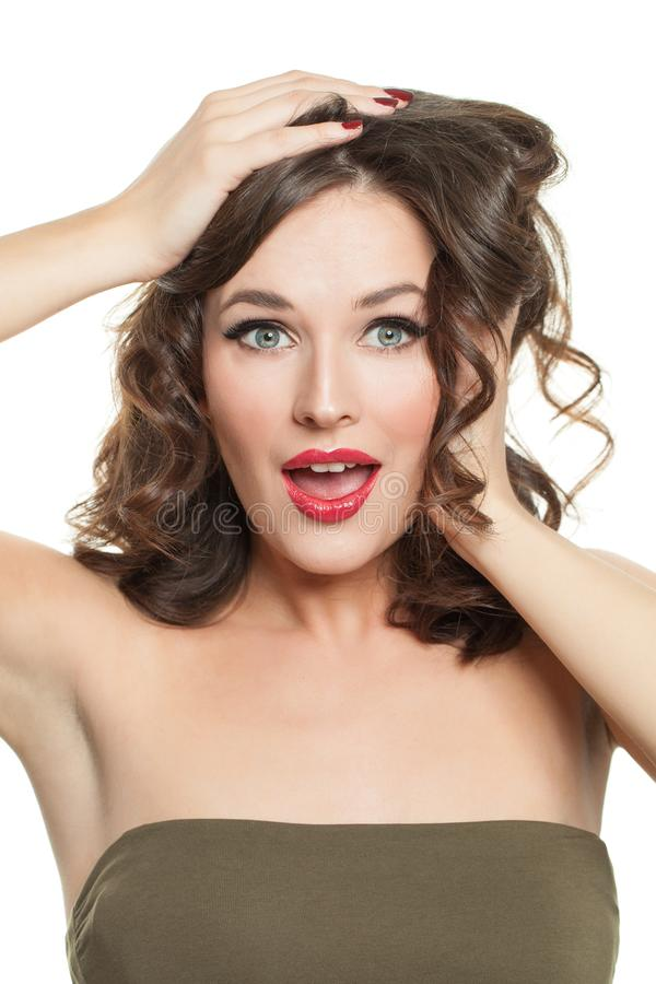 Mulher modelo surpreendida isolada no branco Retrato modelo da forma da menina imagens de stock royalty free