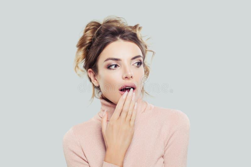 Mulher modelo surpreendida que olha de lado Emoção positiva Menina bonita no fundo com espaço da cópia imagens de stock