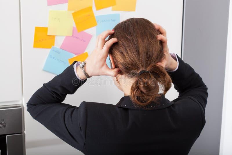 A mulher moderna é chocada do número de tarefas grande foto de stock