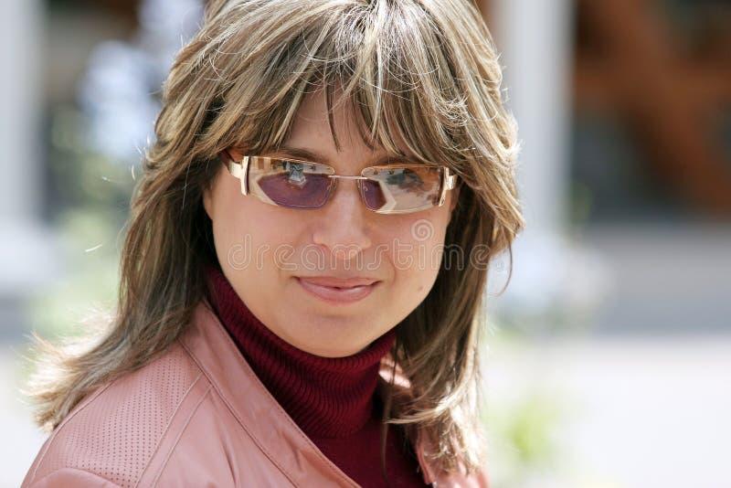 Download Mulher moderna foto de stock. Imagem de sorrisos, closeup - 104566