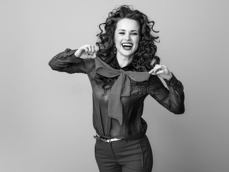 Mulher moderna alegre isolada sobre fotografia de stock