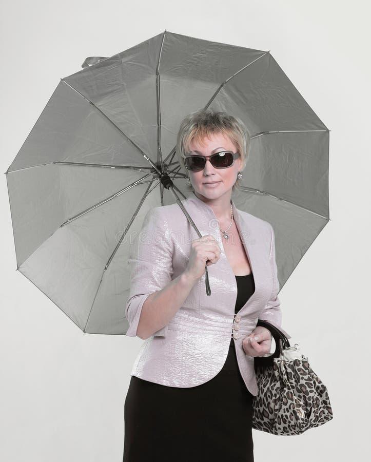 Mulher moderna bem sucedida com um parasol Isolado no branco foto de stock royalty free