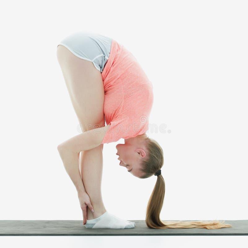 Mulher moderna da aptidão que faz esticando o músculo do exercício fotografia de stock
